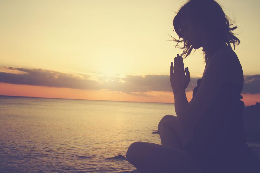 mujer intentando no pensar demasiado meditando