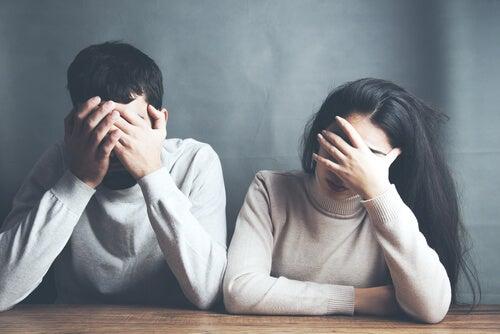 Couple triste de leur relation toxique
