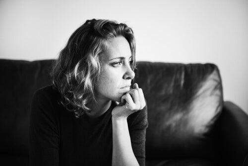 Mujer pensando con miedo