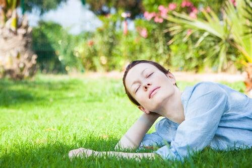 Mujer relajándose y evitando pensamientos intrusivos