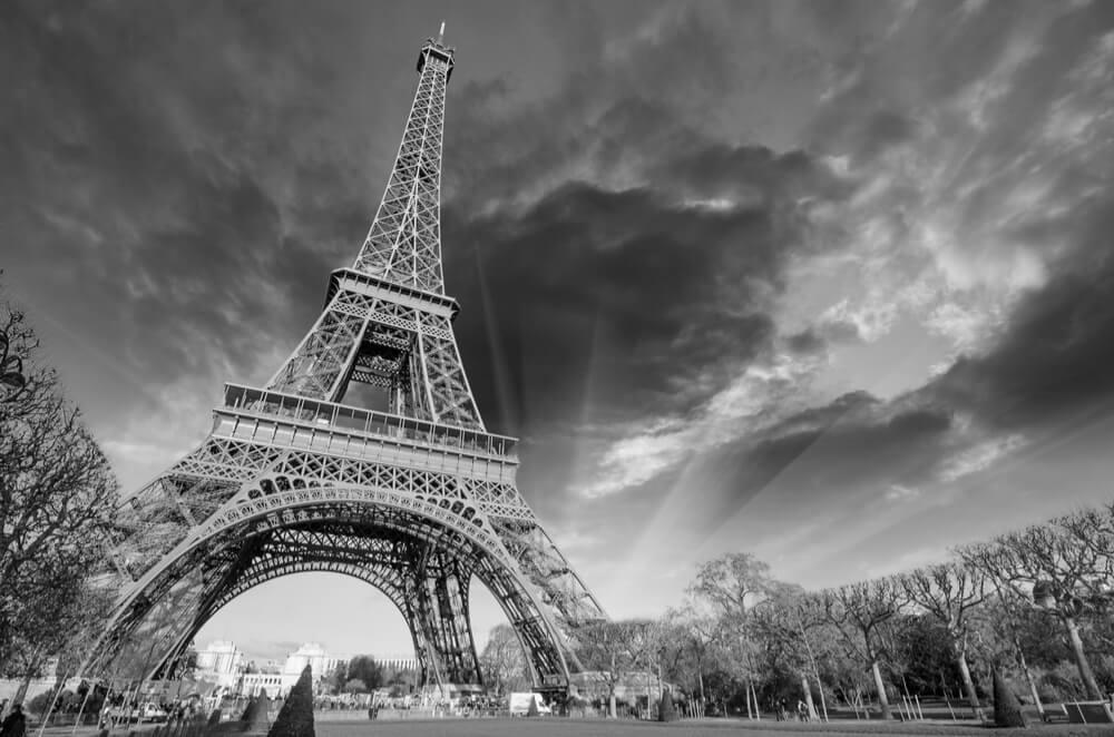 Torre Eiffel en blanco y negro, protagonista de la información