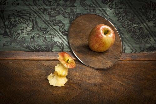 Manzana engañado por su ego mirándose al espejo