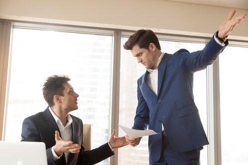 jefe egocéntrico discutiendo con su empleado