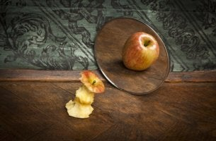 Manzana cone l ego engañada por el espejo
