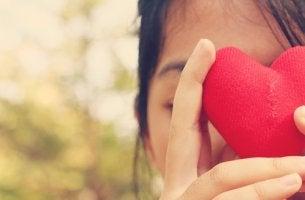 Mujer con un corazón en la mano