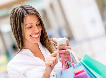 Mujer deseando encontrar la clave de la felicidad en las compras