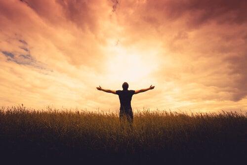 Silueta de hombre con esperanza