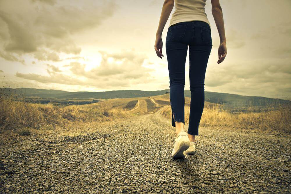 Mujer caminando representando ser responsable