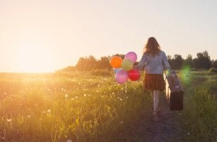 Mujer con maleta que se marcha buscando oportunidades
