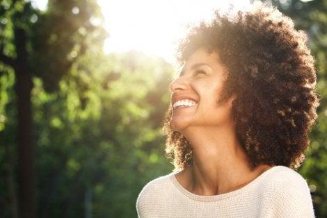 Mujer sonriendo con optimismo