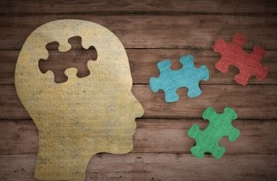 Perfil de cabeza con piezas de puzzles a su alrededor