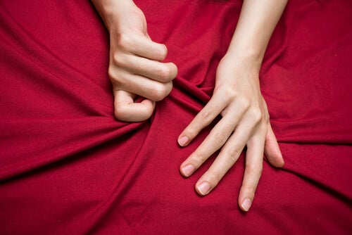 Manos agarrando sábanas