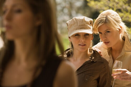 Mujeres criticando a otra