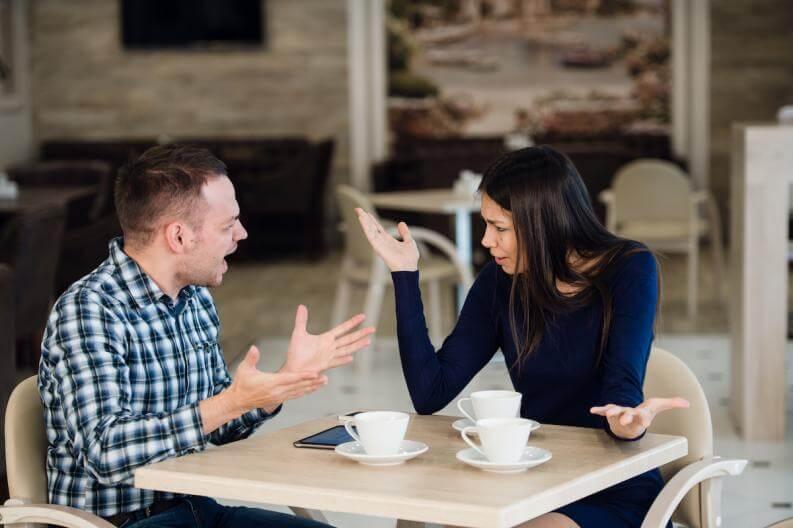 Pareja discutiendo por celos