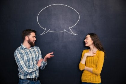 Pareja hablando mostrando habilidades sociales