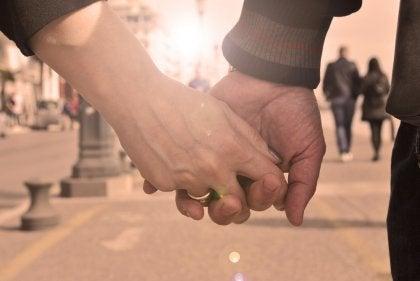 pareja fiel agarrada de las manos