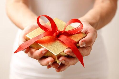 Mujer dando un regalo
