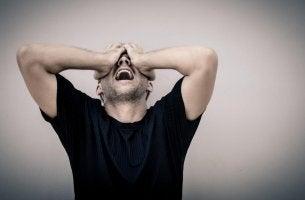 Hombre con baja tolerancia a la frustración