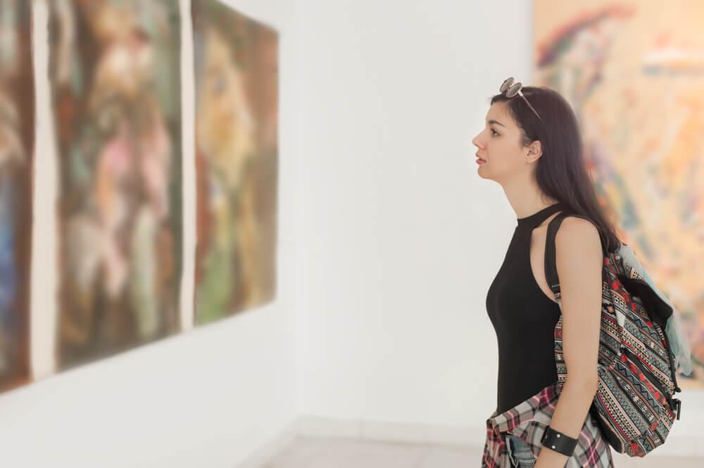 mujer admirando obras de arte