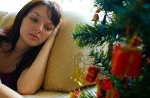 Mujer que muestra tristeza en Navidad