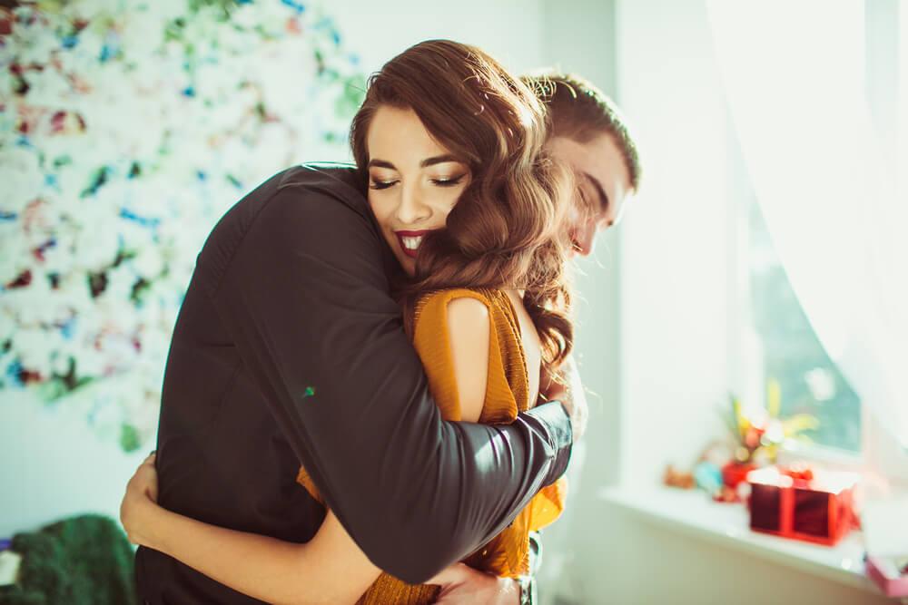 Pareja dándose un abrazo