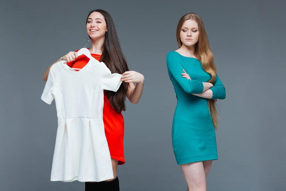 mujer envidiando el vestido de su amiga