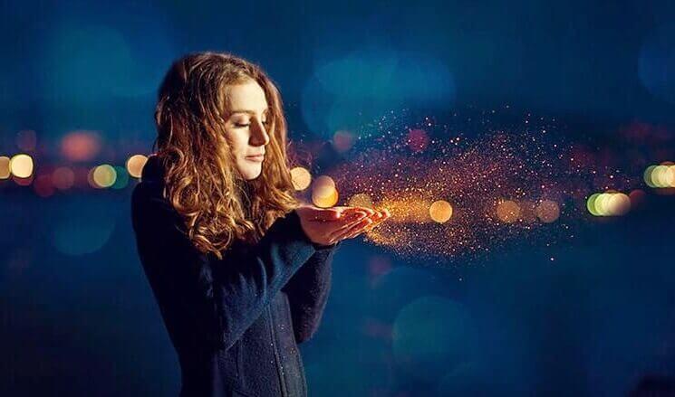 Chica con haz de luz en las manos pensando en una serendipia