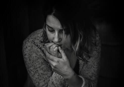 Mujer preocupada con miedos