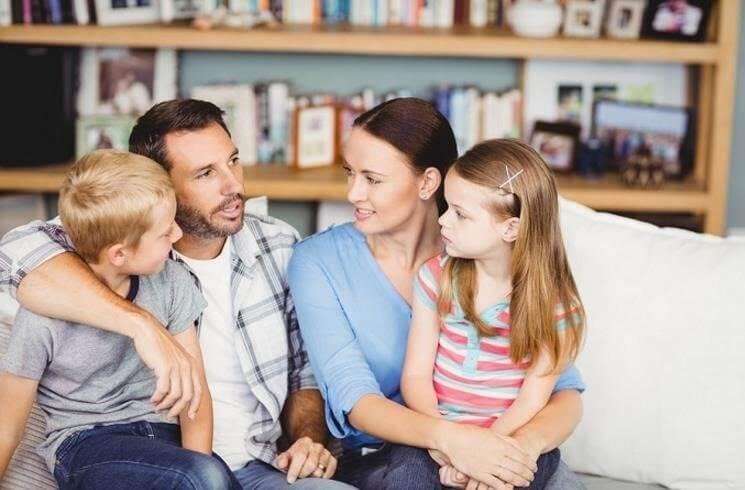 Padres hablando con sus hijos