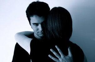 Hombre mirando con desafío representando vampiros emocionales