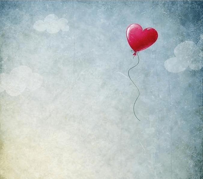 Globo con forma de corazón volando