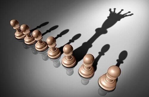 Peones de ajedrez simbolizando a personas orgullosas