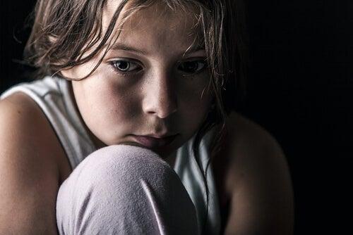 Niño con secuelas de violencia en la familia