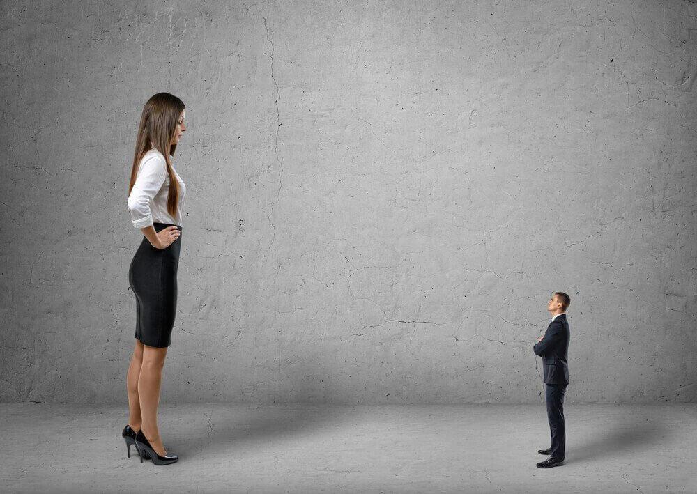 Dos personas de diferente tamaño por hacer comparaciones