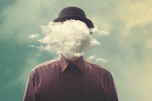 Hombre con cabeza de nubes por un mal día