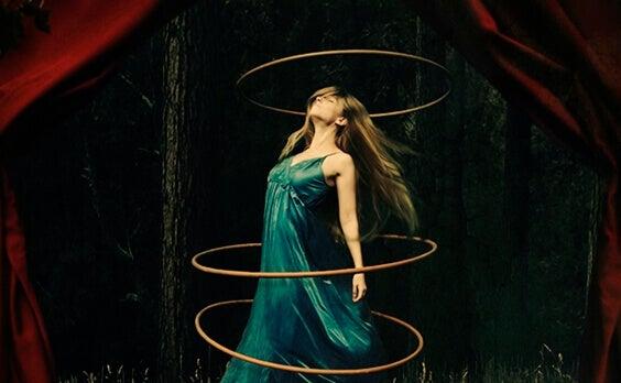 Mujer rodeada con aros que tiene alexitimia
