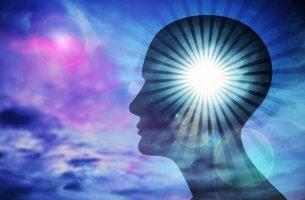 Cerebro con una luz