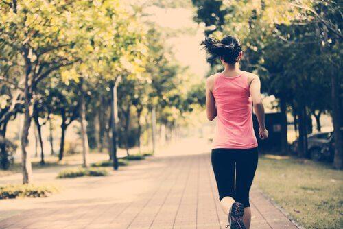 Chica buscando la paz interior haciendo ejercicio