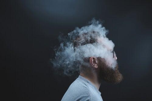 Hombre rodeado de humo sintiendo el peso de una herida abierta