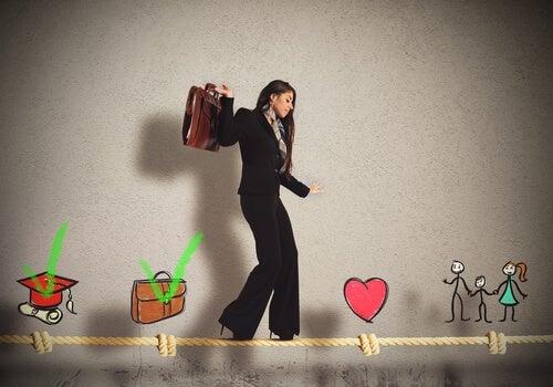 Mujer manteniendo el equilibrio entre la mente y el corazón