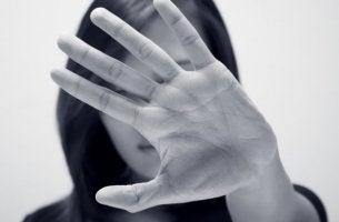 Mujer intentando decir que no con la mano