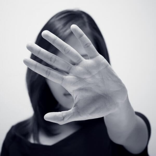 Mujer poniendo distancia con la mano frente al manipulador