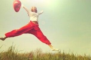 Mujer saltando con un globo