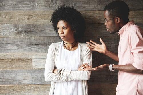 Mujer poco flexible escuchando a su pareja