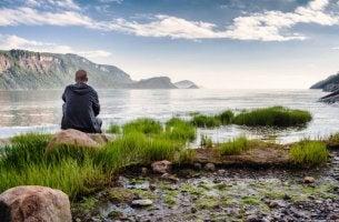 Aprender a estar solo, hombre en la playa