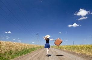 Mujer con maleta pensando en el cambio