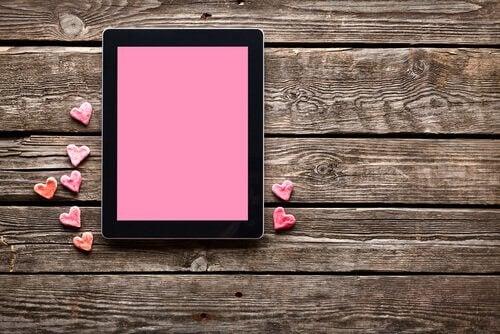 Tablet rosa simbolizando relaciones cibernéticas