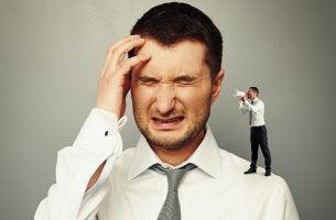 Cómo nos criticamos, hombre con pensamientos negativos
