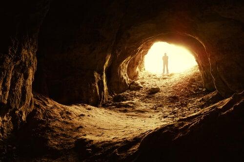 Hombre en cueva afrontando la adversidad