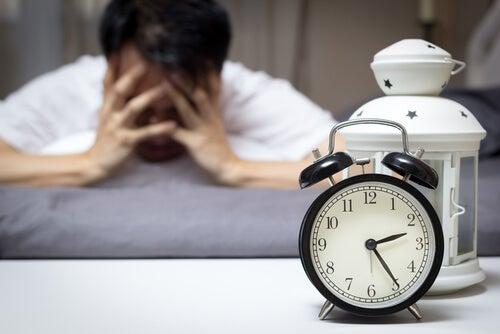 Hombre despierto por insomnio
